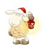 Cordero precioso en el casquillo de Papá Noel con la linterna Imagen de archivo