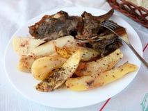 Cordero y patatas griegos de la taberna Imágenes de archivo libres de regalías