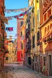 Cordes à linge sur une rue à Venise, Italie Images libres de droits