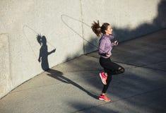 Cordes à sauter de femme en bonne santé dehors photos stock