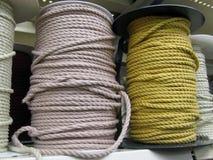 Cordes beiges et jaunes sur des bobines Images stock
