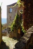 Cordes??Ciel 古老房子墙壁围拢的一条老狭窄的石头被铺的车道  免版税库存图片