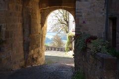 Cordes??Ciel 在入口的曲拱对老城市 库存图片