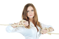Cordes de fixation de jeune femme Photo stock