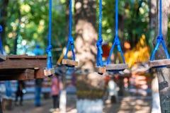 Cordes de parc d'aventure pour s'élever photographie stock
