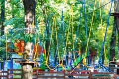 Cordes de parc d'aventure pour s'élever image libre de droits