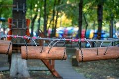 Cordes de parc d'aventure pour s'élever photo stock