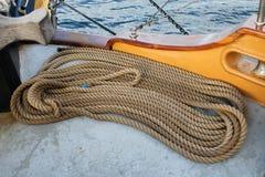 Cordes enroulées sur la plate-forme d'un bateau de navigation Photographie stock libre de droits