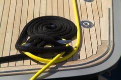 Cordes enroulées sur un paquet en bois Image libre de droits
