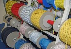Cordes et câbles et cordes pour la navigation et s'élever de canotage  Photos libres de droits