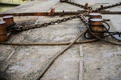 Cordes et chaînes rouillées Image stock