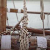 Cordes et montagnes sur un bateau à voile Photographie stock