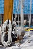 Cordes et poulies sur le paquet du bateau Photographie stock libre de droits