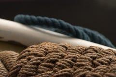 Cordes et un bateau peut faire une photo gentille photographie stock libre de droits