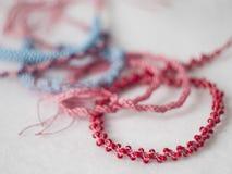 Cordes faites main de kumihimo coloré Photographie stock libre de droits