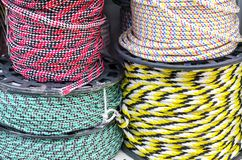 Cordes multicolores sur des bobines dans une fenêtre de magasin image libre de droits