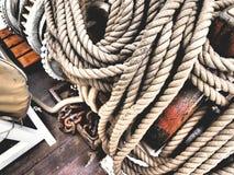 Cordes sur un voilier classique images libres de droits