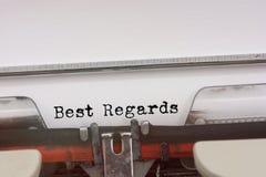 Cordialement mot dactylographié sur une machine à écrire de vintage Photo libre de droits