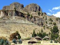 Cordilheira de Hudad fora de Lalibela Etiópia que caracteriza casas tradicionais do tukul Fotos de Stock Royalty Free