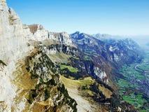 Cordilheira de Rocky Alpine Mountain Range Churfirsten fotografia de stock