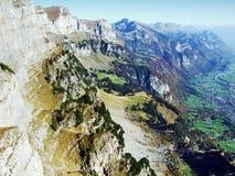 Cordilheira de Rocky Alpine Mountain Range Churfirsten foto de stock royalty free