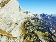 Cordilheira de Rocky Alpine Mountain Range Churfirsten foto de stock