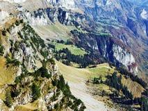 Cordilheira de Rocky Alpine Mountain Range Churfirsten imagem de stock