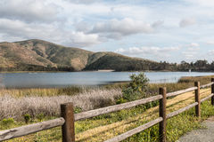 Cordilheira, lago e cerca em Chula Vista, Califórnia imagens de stock