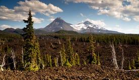 Cordilheira Lava Field da cascata das irmãs da passagem três de Mckenzie foto de stock