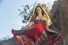Cordilheira moreno bonita de Posing Outdoors On A do modelo foto de stock royalty free
