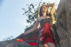 Cordilheira moreno bonita de Posing Outdoors On A do modelo fotos de stock royalty free
