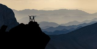 Cordilheiras espetaculares e a aventura de alpinistas bem sucedidos fotos de stock royalty free