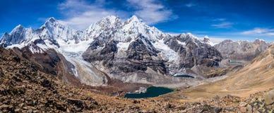 Cordillère Huayhuash au Pérou et la vallée et le lac de Sarapococha Photo libre de droits