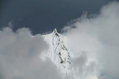 Cordillera Blanca, berg i mörka moln Royaltyfria Bilder
