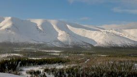 Cordillera blanca de la nieve que sorprende coloreada con los rayos rosados del sol metrajes