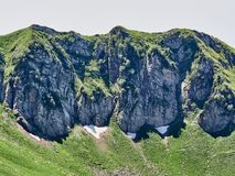 Cordillera con las rocas y los árboles contra un cielo azul claro foto de archivo libre de regalías