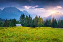 Cordillera de Cresta di Enghe en la salida del sol brumosa del verano Imagen de archivo