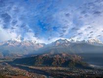 Cordillera de Himalaya de la colina de Sarangkot en Pokhara, Nepal imagenes de archivo