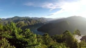 Cordillera de Cordillera, río enorme abajo metrajes