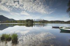 Cordillera de Wilder Kaiser reflejada en un lago de la montaña foto de archivo