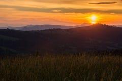 Cordillera en el fondo de la puesta del sol Fotografía de archivo