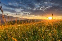 Cordillera en el fondo de la puesta del sol Fotos de archivo