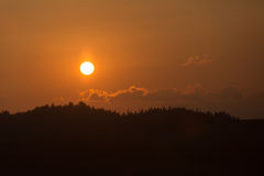 Cordillera en el fondo de la puesta del sol Imagenes de archivo