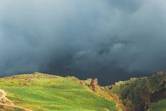 Cordillera escénica, prado verde contra un fondo de nubes azules Imagenes de archivo