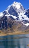 Cordillera Huayhuash, Siula y Yerupaja y lago Fotografía de archivo libre de regalías