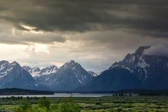 Cordillera magnífica de Teton con el acercamiento de la tormenta Foto de archivo