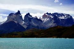 Cordillera Paine och Pehoe sjö i nationalpark för `-Torres del Paine ` Royaltyfri Foto