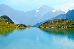 Cordillera y lago glacial Imágenes de archivo libres de regalías
