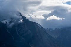 Cordillera - Yellowhead Hwy - nubes fotografía de archivo