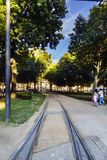 Cordoaria有电车的` s庭院跟踪横渡漫步在波尔图的中心的它和人, 库存图片